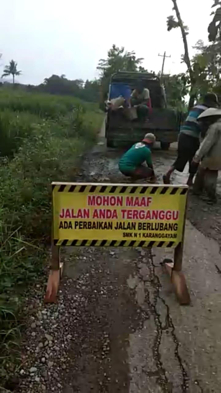 Bakti Masyarakat Perbaikan Jalan oleh SMKN 1 Karanggayam