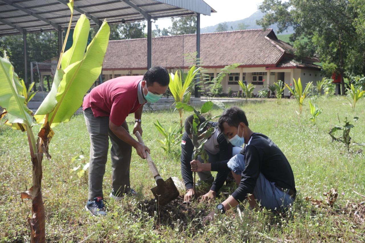 SMKN 1 Karanggayam Mengadakan Gerakan Penanaman Pohon Gayam